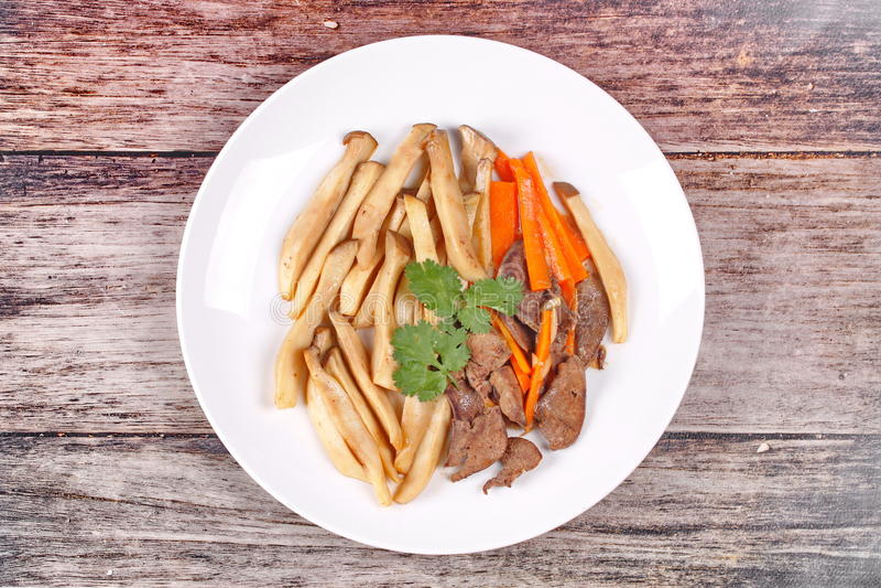 Champignon frit d'eryngii avec du foie et la carotte de porc photo stock