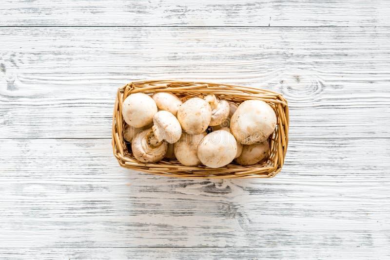 Champignons μανιταριών Φρέσκα ακατέργαστα ολόκληρα champignons στο καλάθι στην γκρίζα ξύλινη τοπ άποψη υποβάθρου αντιγράφουν το δ στοκ εικόνες