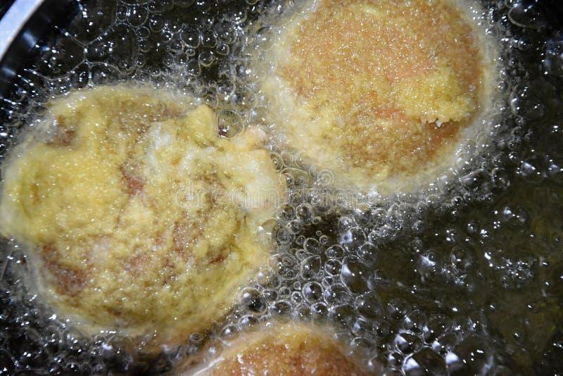 Champignons angefüllt mit der Käse- und Wurstmischung, beschichtet im Mehl, in den Brotkrumen und im Fischrogen in einem Topf lizenzfreies stockbild