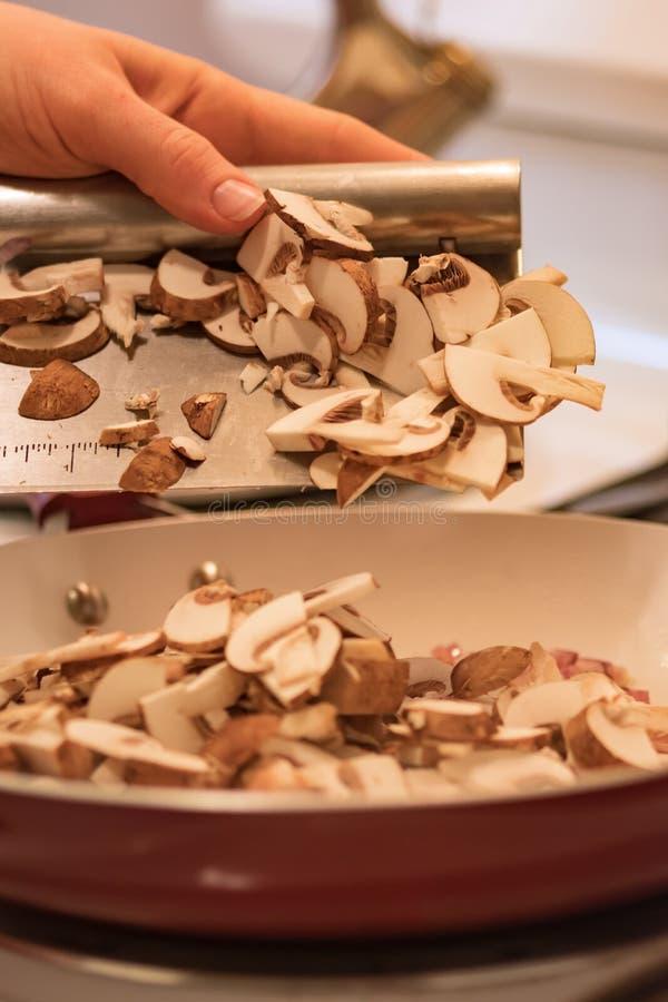 Champignons coupés de excavation à la poêle photos stock