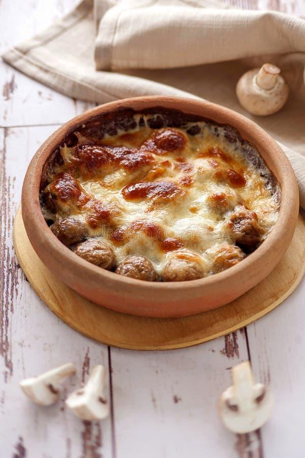 Champignons cuits au four avec du fromage images stock