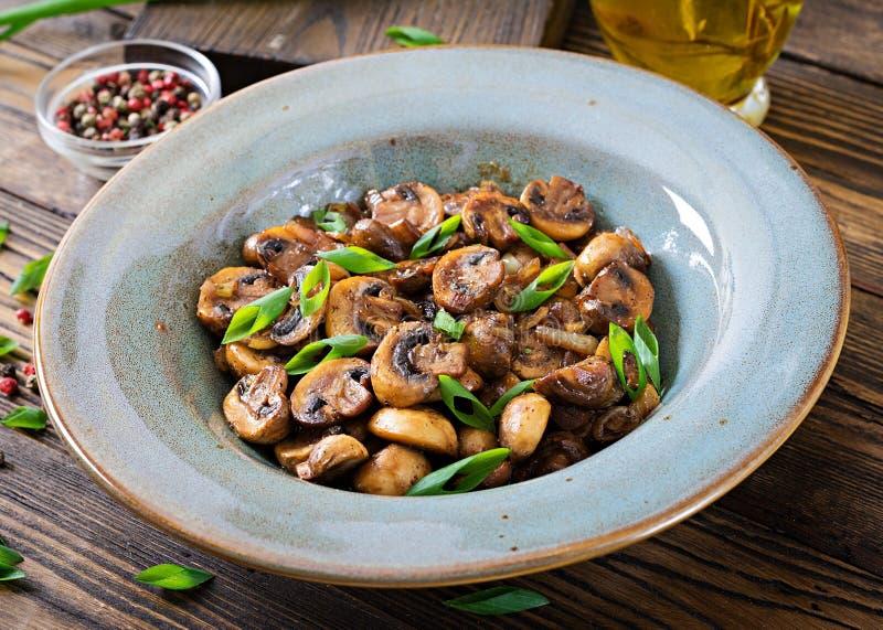 Champignons cuits au four avec la sauce de soja et les herbes Nourriture de Vegan photo stock