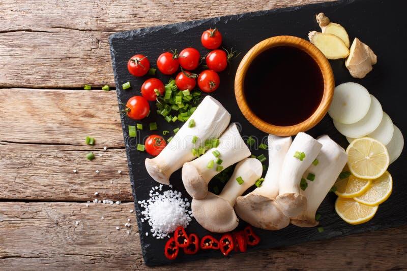 Champignons d'huître de roi et légumes frais crus, épices et soja s image stock
