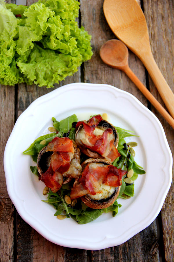 Champignons de couche cuits au four avec du mozzarella et le lard photos libres de droits