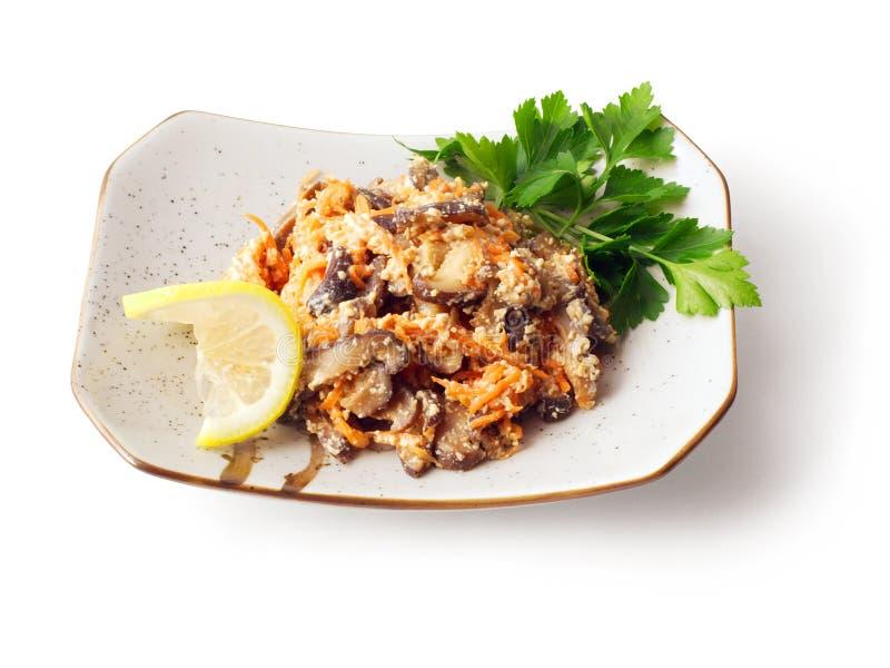 Mélange des champignons et de la carotte marinés dans du vinaigre…