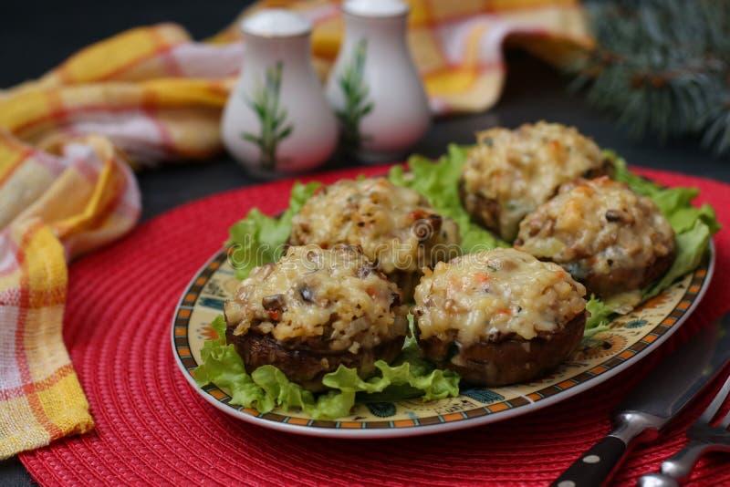 Champignons de paris bourrés avec du fromage, les légumes et le bulgur de mozzarella images stock