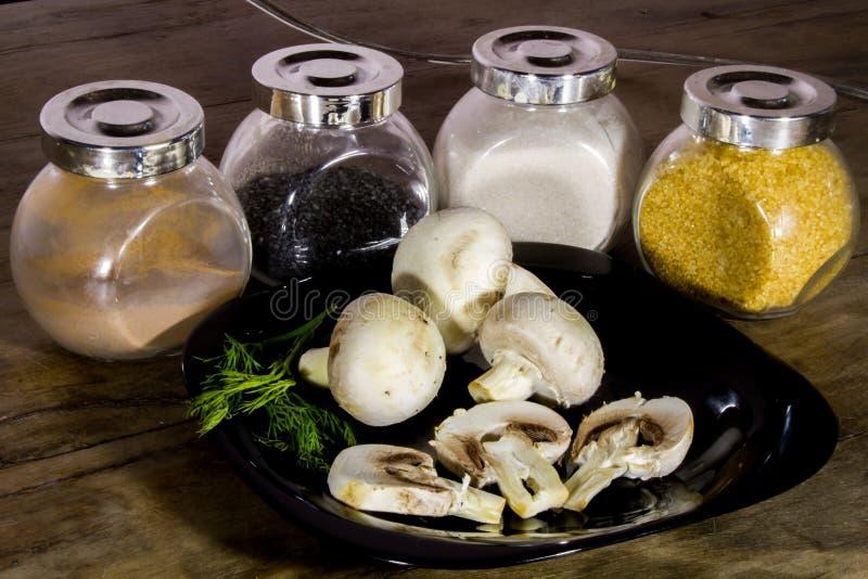 Champignons de paris sains de champignons d'un plat noir image stock