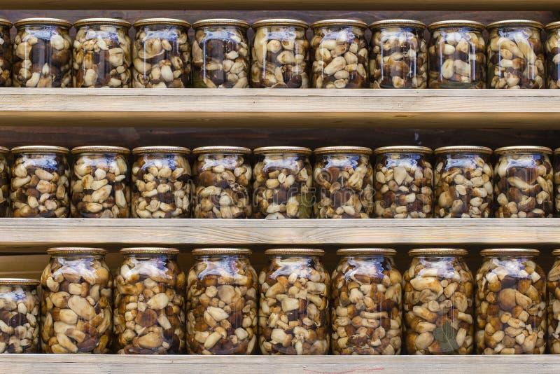 Champignons de Porcini marinés dans des pots en verre sur le marché local en Ukraine image libre de droits