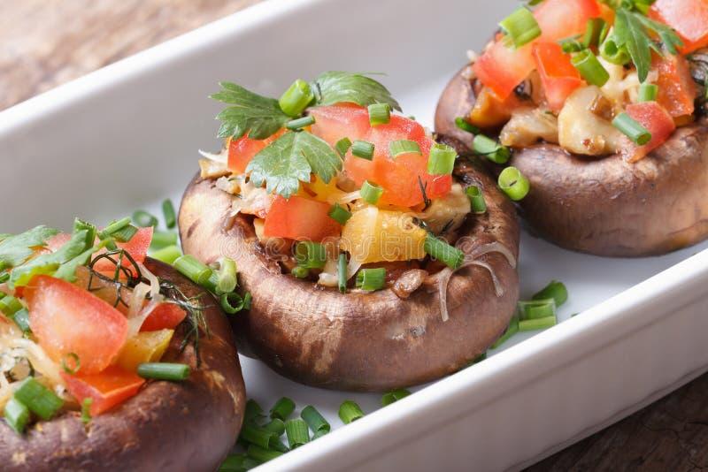 Champignons de Portobello bourrés des légumes et du fromage photo stock