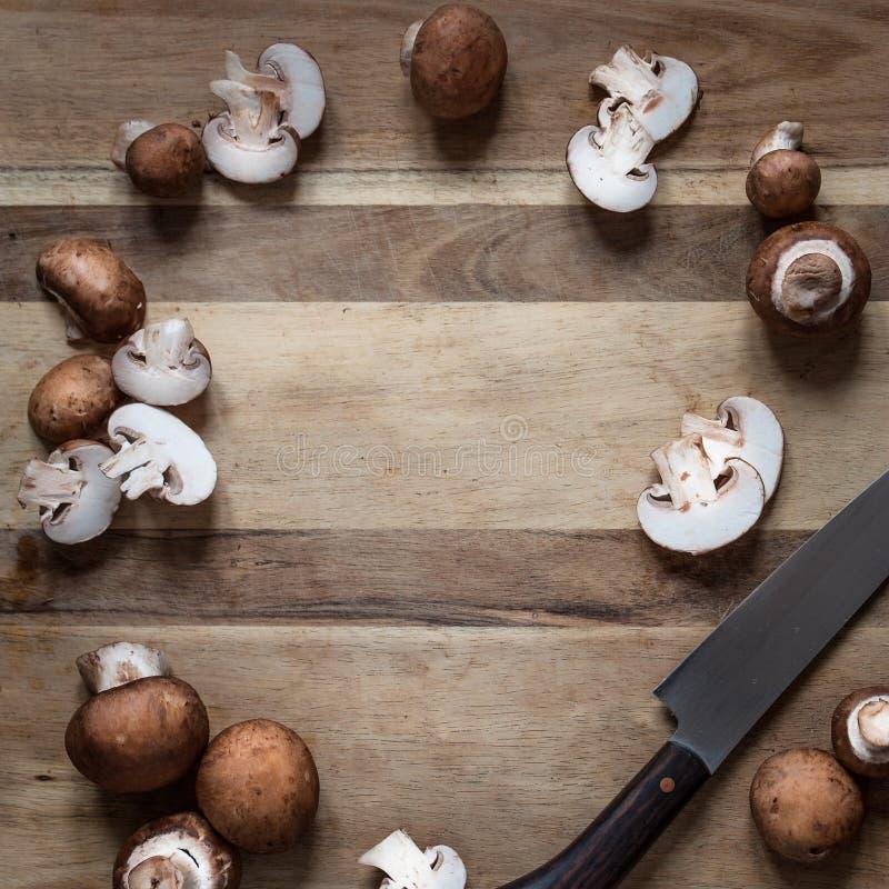 Champignons entiers et coupés en tranches de Flatlay photo libre de droits