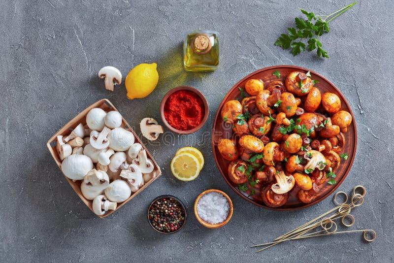 Champignons espagnols d'ail d'un plat d'argile photos stock