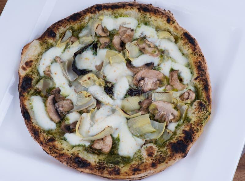 Champignons et pizza d'artichauts mis le feu par bois photos libres de droits