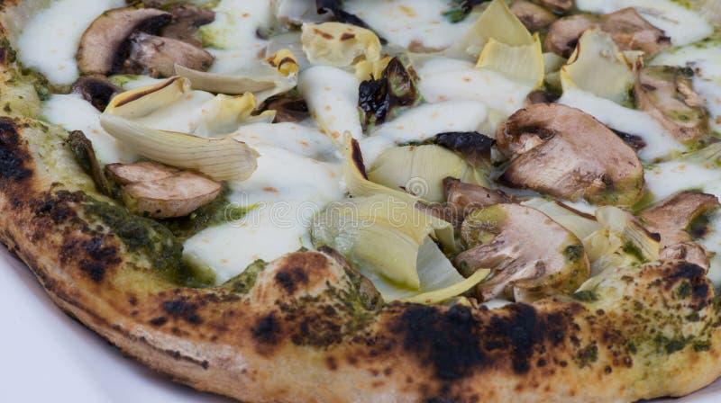 Champignons et pizza mise le feu par bois d'artichauts photo libre de droits