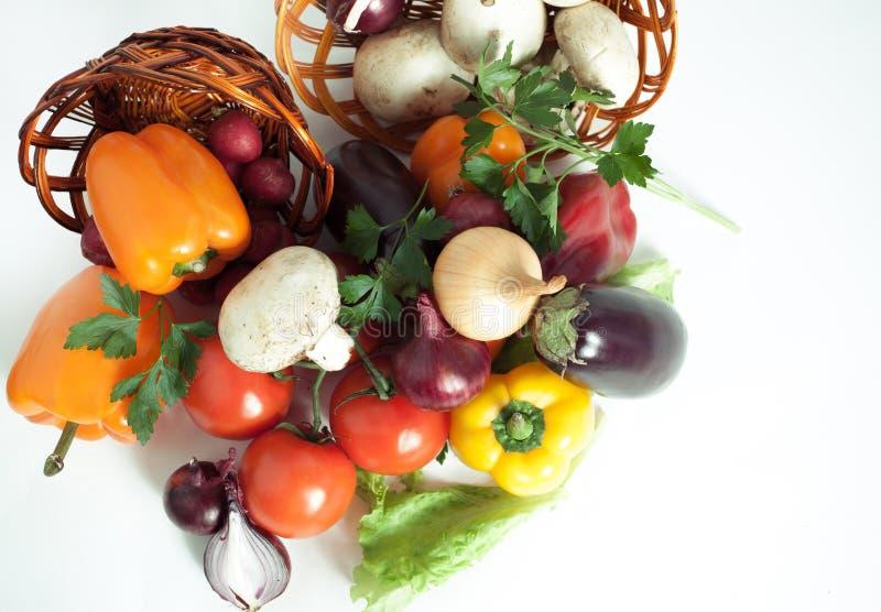 champignons et un grand choix de légumes frais dans un panier en osier I images libres de droits