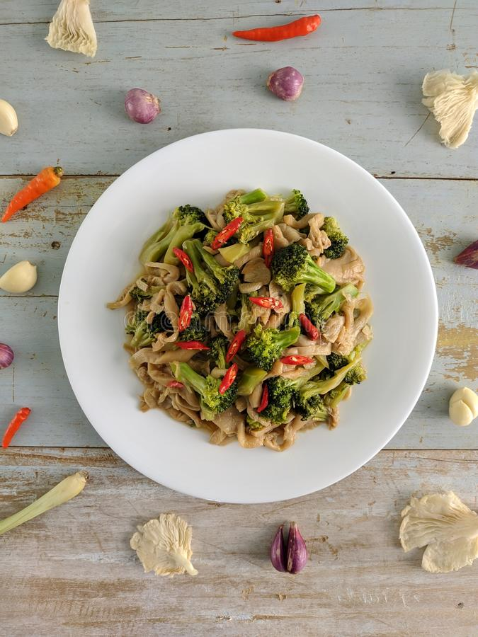 Champignons faits sauter mélangés au brocoli photo stock