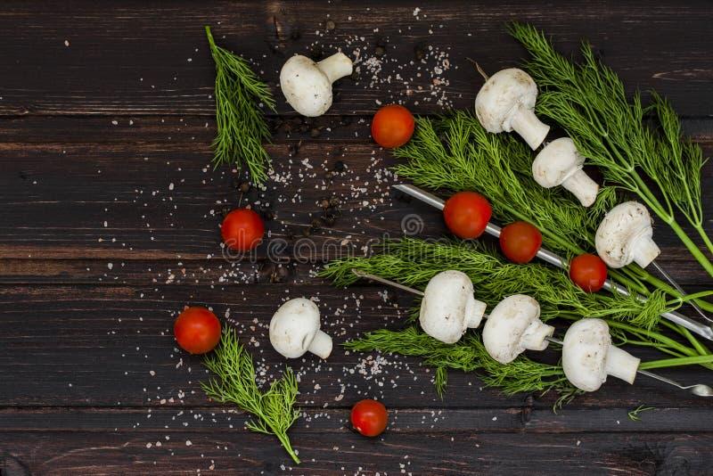 Champignons frais avec l'aneth et les tomates image stock