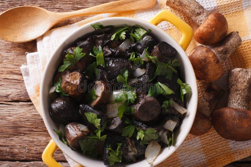 Download Champignons Frits Avec Des Herbes Et Des épices Dans Un Plan Rapproché De Casserole Horizon Photo stock - Image du frit, repas: 76085574