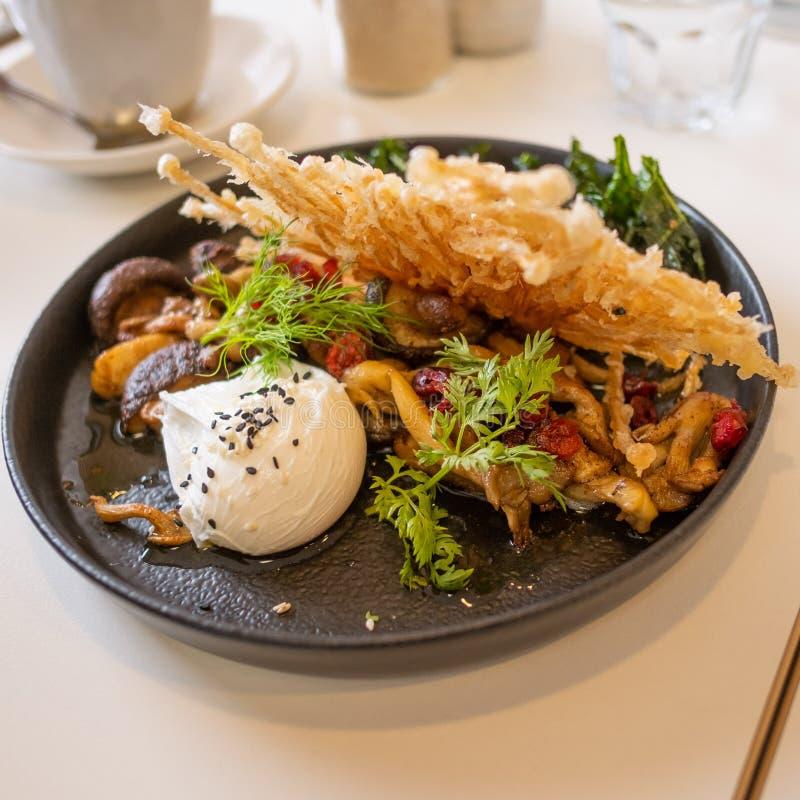 Champignons frits avec l'oeuf poché photographie stock