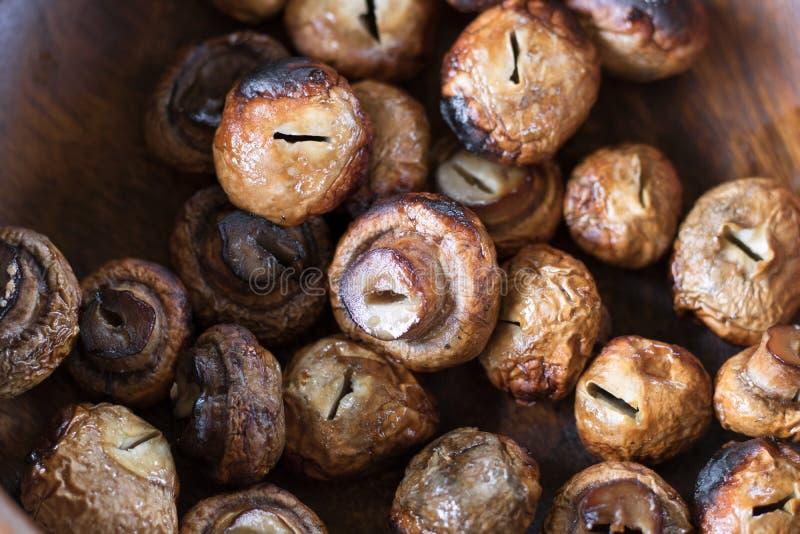 Champignons grillés délicieux sur un fond en bois de plat image libre de droits