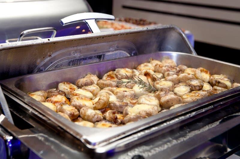 Champignons grillés en Bain-Marie Tray image libre de droits