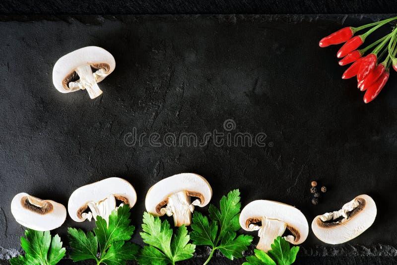 Champignons, persil et poivre coupés en tranches photos stock