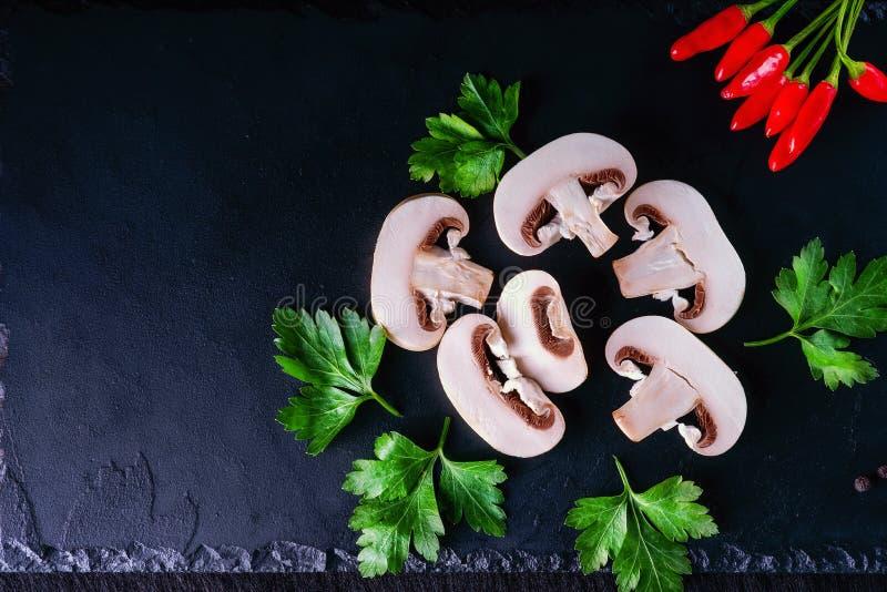 Champignons, persil et poivre coupés en tranches photographie stock libre de droits