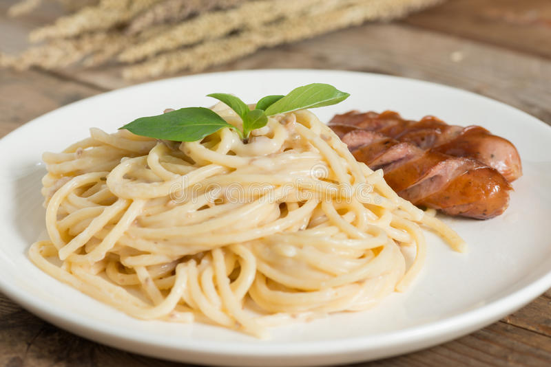 Champinjon för kräm- sås för spagetti huggen av med korven royaltyfri fotografi