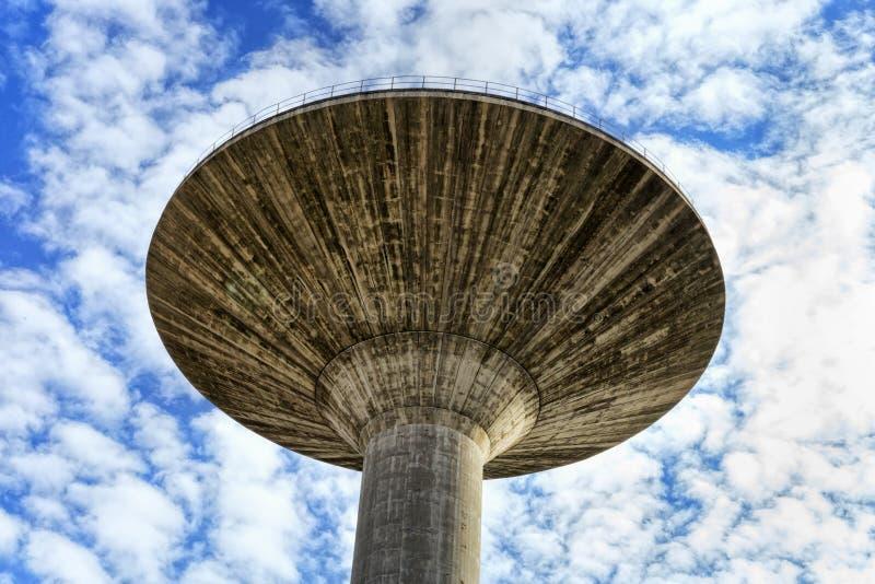 Champinjon-formad hängande behållare i förstärkt betong som omges av himmel som är full av härliga moln arkivbilder