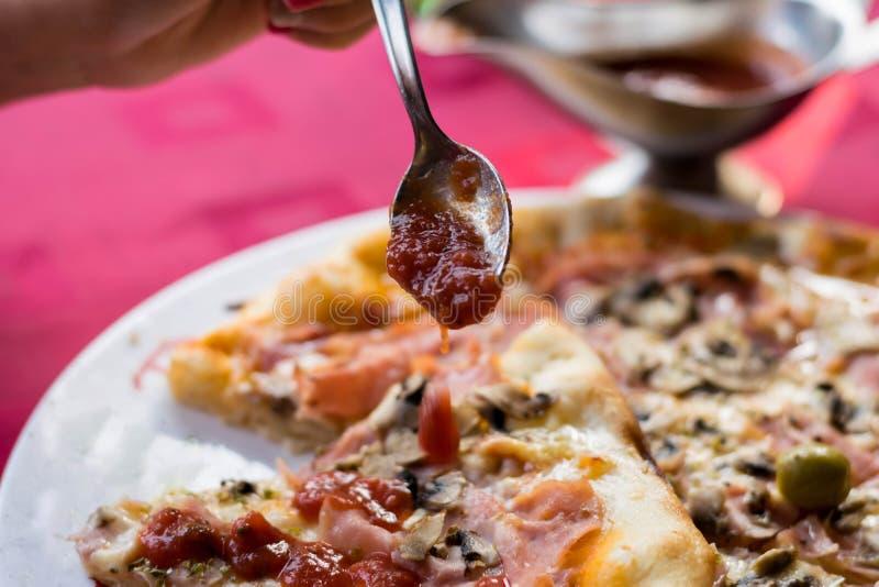 Champinjon och Ham Pizza arkivfoto