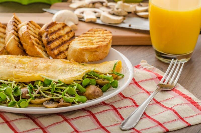 Champinjon och Microgreen omelett royaltyfri bild