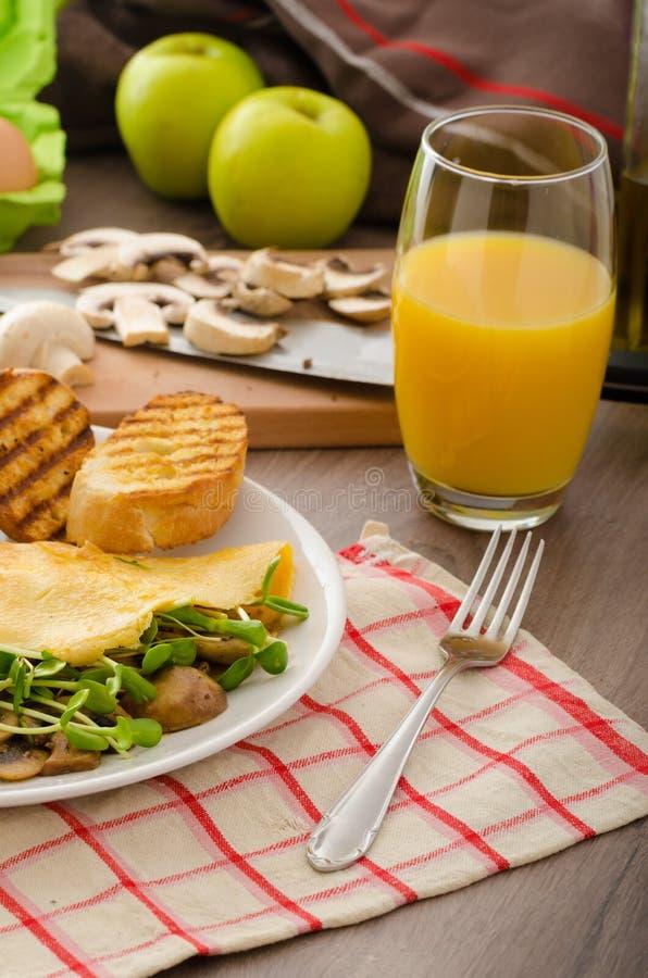 Champinjon och Microgreen omelett arkivbilder