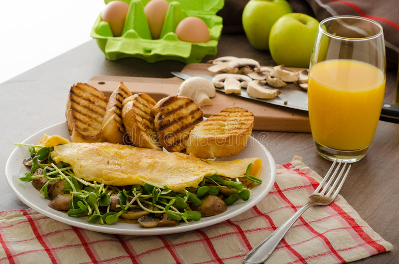 Champinjon och Microgreen omelett royaltyfri foto