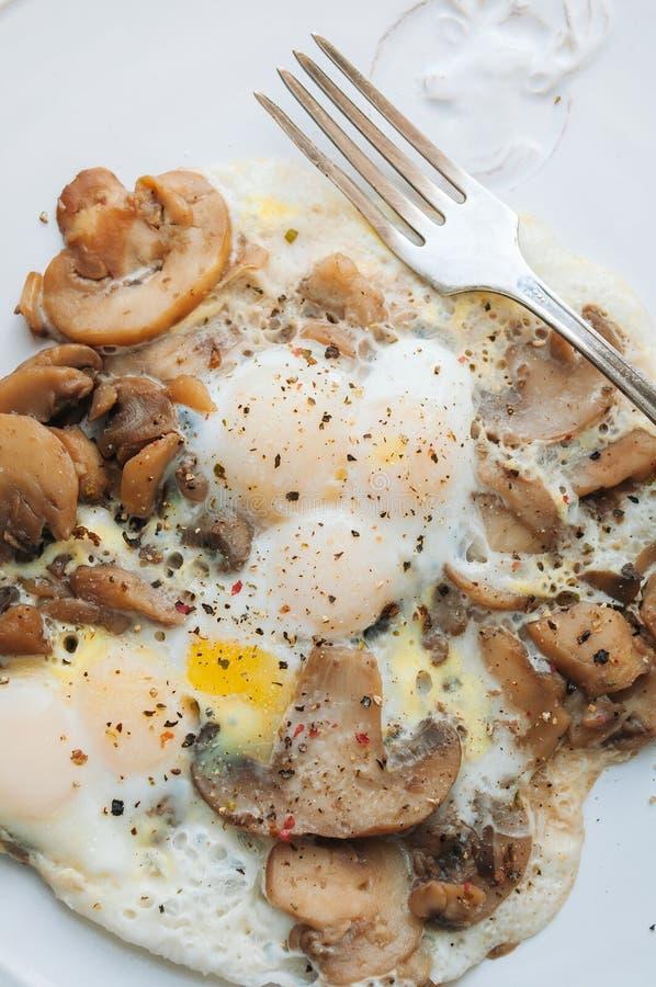 Champinjoner och vaktels ägg arkivbild