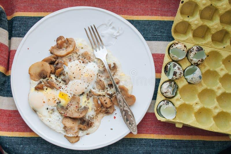 Champinjoner och vaktels ägg royaltyfri foto
