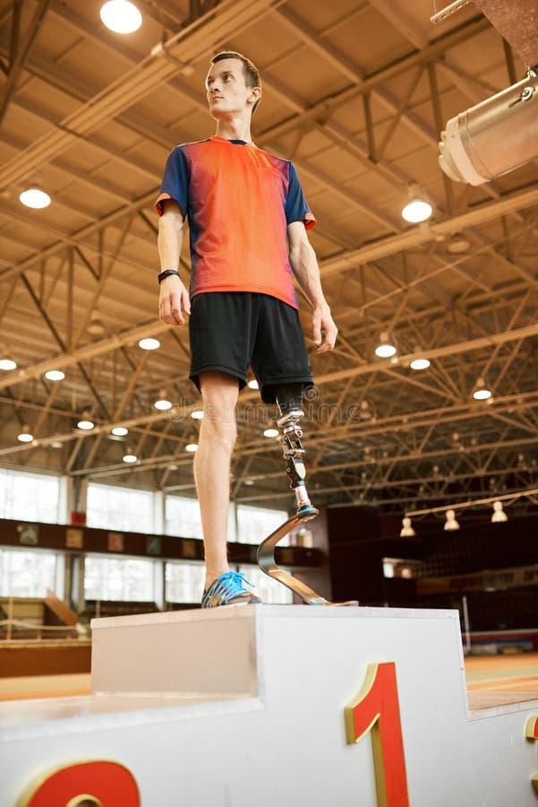 Champion de Paralympic sur le podium photo libre de droits