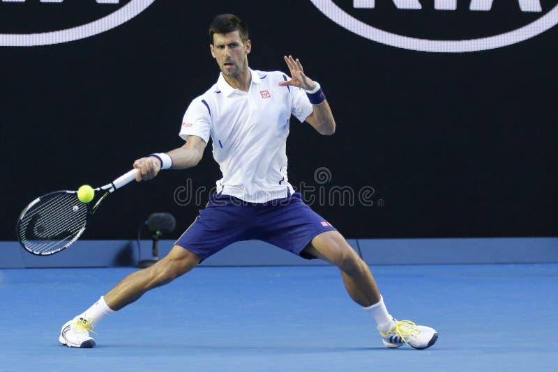 Champion Novak Djokovic de Grand Chelem d'onze fois de la Serbie dans l'action pendant son match du rond 4 à l'open d'Australie 2 image libre de droits