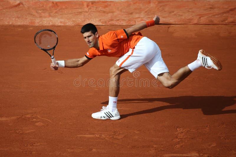 Champion Novak Djokovic de Grand Chelem de huit fois pendant le deuxième match de rond chez Roland Garros 2015 photos libres de droits