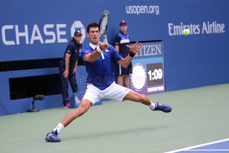 Champion Novak Djokovic de Grand Chelem de neuf fois dans l'action pendant le premier match de rond à l'US Open 2015 image stock