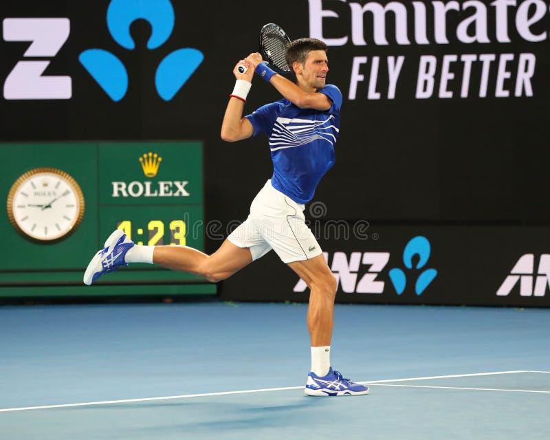 champion Novak Djokovic de Grand Slam de 14 fois dans l'action pendant son match de demi-finale à l'open d'Australie 2019 en parc images libres de droits