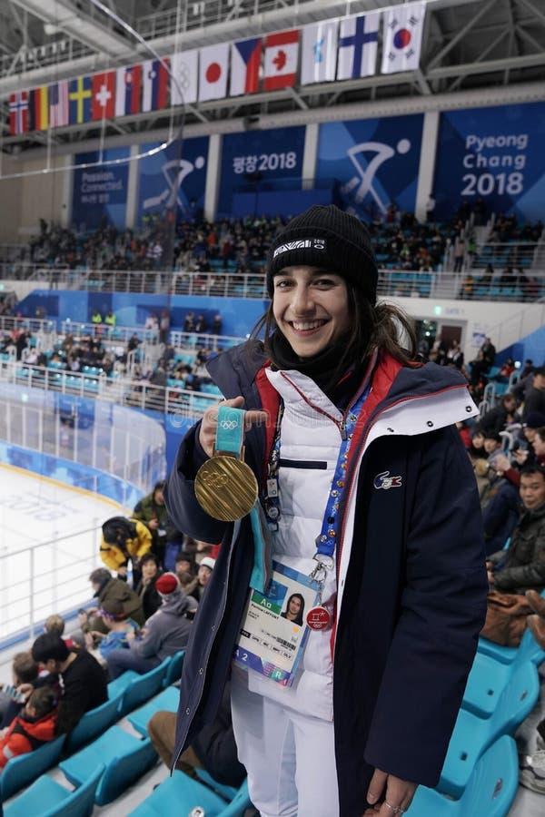 Champion olympique dans des nababs Perrine Laffont de ` de dames des Frances posant avec la médaille d'or photo libre de droits