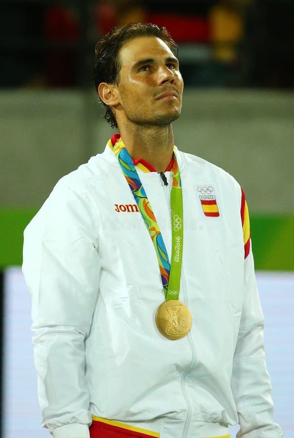 Champion olympique Rafael Nadal de l'Espagne pendant la cérémonie de médaille après victoire à la finale des doubles des hommes d images stock