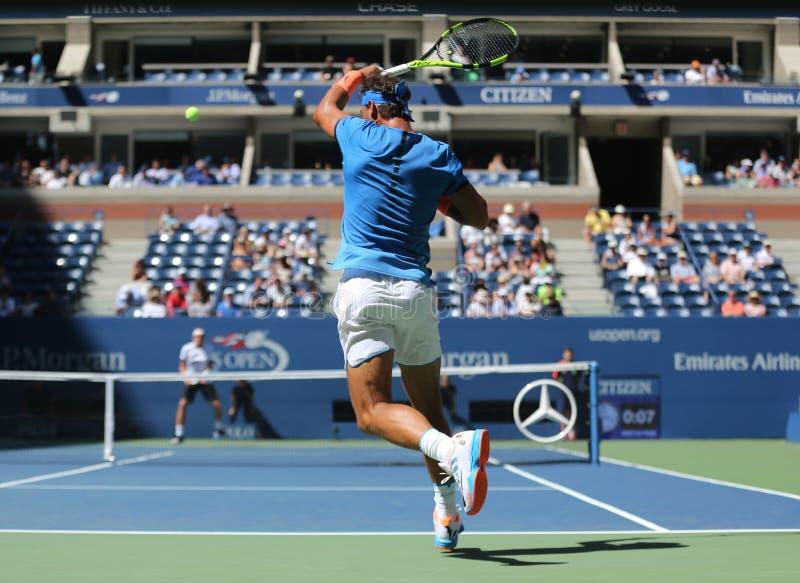 Champion Rafael Nadal de Grand Chelem de l'Espagne dans l'action pendant le match de rond de l'US Open 2016 d'abord photos stock