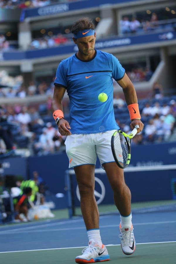 Champion Rafael Nadal de Grand Chelem de l'Espagne dans l'action pendant le match de rond de l'US Open 2016 d'abord photographie stock