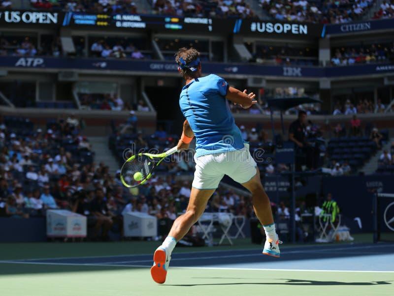 Champion Rafael Nadal de Grand Chelem de l'Espagne dans l'action pendant le match de rond de l'US Open 2016 d'abord images stock