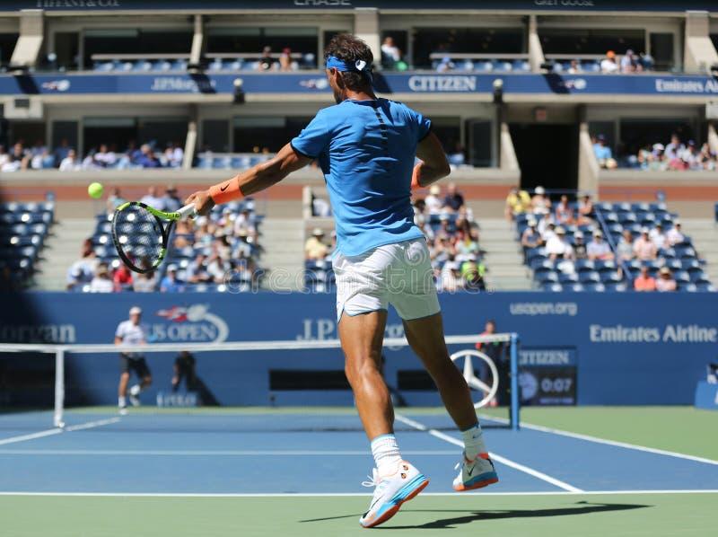 Champion Rafael Nadal de Grand Chelem de l'Espagne dans l'action pendant le match de rond de l'US Open 2016 d'abord images libres de droits
