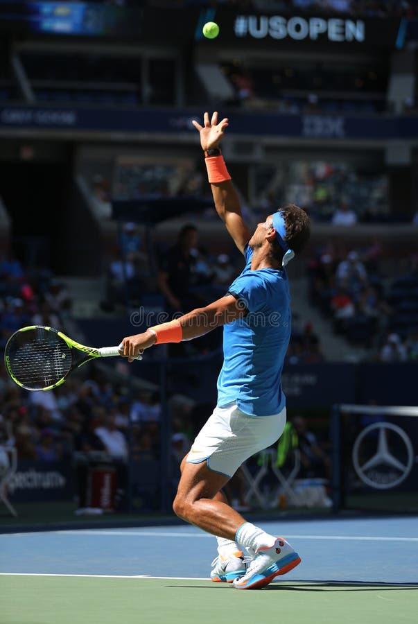 Champion Rafael Nadal de Grand Chelem de l'Espagne dans l'action pendant son match de rond de l'US Open 2016 d'abord image libre de droits