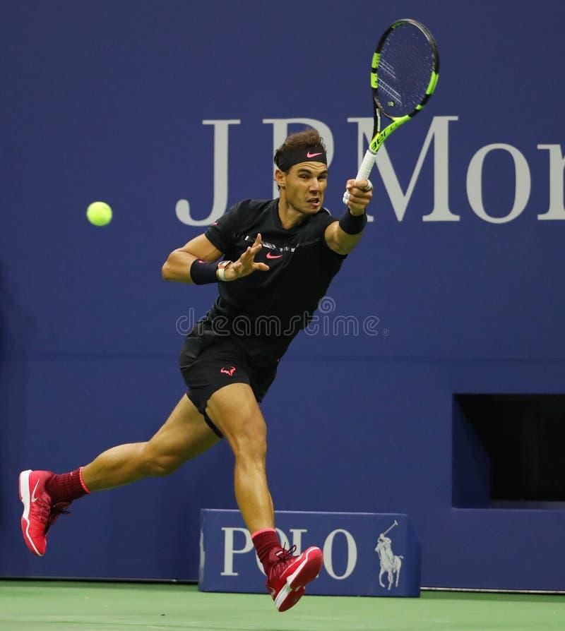 Champion Rafael Nadal de Grand Chelem de l'Espagne dans l'action pendant son match 2017 de demi-finale d'US Open photo libre de droits