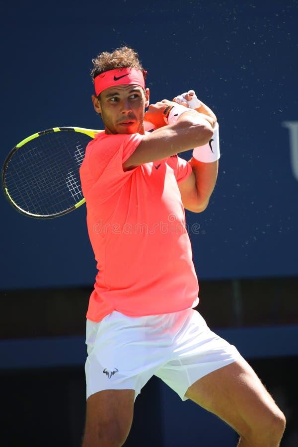 Champion Rafael Nadal de Grand Chelem de l'Espagne dans l'action pendant son match 4 rond de l'US Open 2017 photographie stock