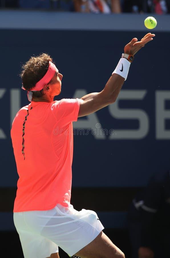Champion Rafael Nadal de Grand Chelem de l'Espagne dans l'action pendant son match 4 rond de l'US Open 2017 images stock