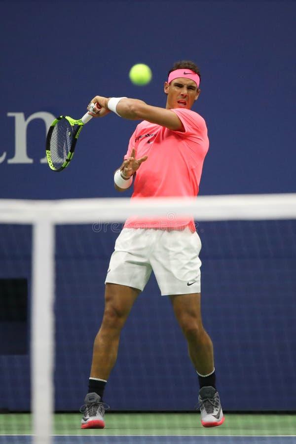 Champion Rafael Nadal de Grand Chelem de l'Espagne dans l'action pendant son match de rond de l'US Open 2017 d'abord photographie stock